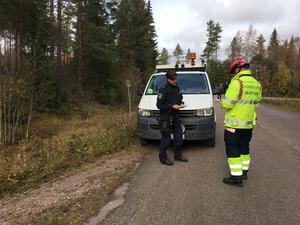 Polis Anna Stenholm Mora och räddningsledare Johan Pehrson vid platsen där hästen sprang ut på vägen.