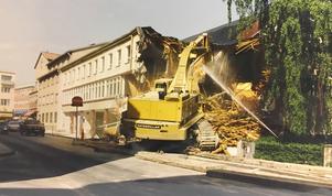 Få västeråsare tycktes veta om att idrottshallen på Timmermansgatan skulle rivas 1992. Huset föll ihop som ett korthus för den tunga grävskopan. Ljudet av virke som knäcks och lite damm ur trossbottnarna - sen var allt över.