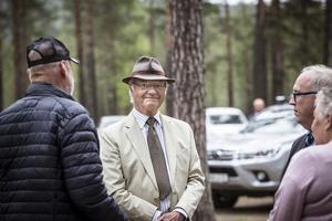 Carl XVI Gustaf avslutade sitt besök i Hälsingland i Kårböle där han tackades för besöket av byalaget.