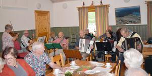 En nio man och kvinnor stark orkester svarade för musiken när SPF Gagnef-Floda höll möte i Mockfjärd.