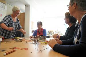 Studiecirkelsledaren Sylvia Nyström till vänster ledsagar i luffarslöjden. Calise Sellström, Anna Dahlén och Märta Broddesson testar sig fram i densamma.