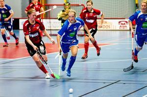 Söderhamns Cina Olsson på jakt efter bollen i kamp med Örnsköldsviks Therese Angerstig.