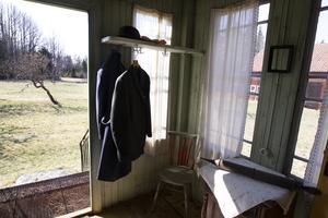 Några rockar hänger kvar  i hallen och fönstren pryds av  vita skira gardiner.