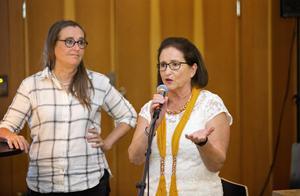 Bodil Valero och Inger Schörling försökte mota bort oron på MP:s valvaka i Gävle.