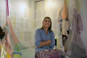 Textil och andra material ingår i Anna Nybergs verk. Under arbetet, som pågått hela veckan, har hon kunnat bo hos systern i Falun.