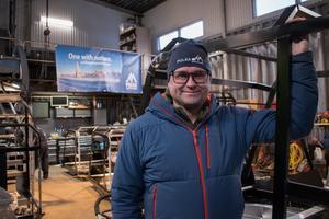 Mikael Andersson inne i den lilla verkstadslokalen vid familjegården på Kyrkbyheden. Här står flera ramar redo att monteras ihop till färdiga skoterpulkor. I januari är tanken att de första kunderna ska få sina beställningar.