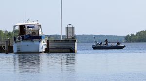 Dykningarna pågick precis utanför de två pirarna som skyddar småbåtshamnen.