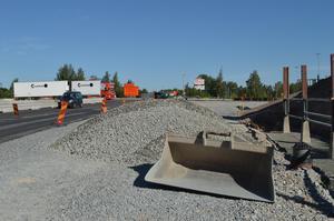Beläggningsarbete i Grådarondellen är på väg på de två nya fria höger-körfälten; här vid infarten från Säter-hållet i riktning mot Falun.