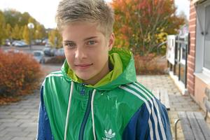 En korthårigare Lina Hurtig intervjuades av Ingress efter sin landslagsdebut, som 15-åring. Då hade hon också provtränat med Gustafs och Kvarnsveden. Det sammanfattade intrycket efter debuten mot Israel: