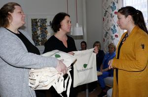 Det lilla förrådet av Spädbarnsfondens påsar fylldes häromdagen på under ett besök på USÖ:s förlossningsavdelning. Påsarna rymmer minnesgåvor och information till föräldrar som mist sitt barn, och två med egen erfarenhet av detta är Malena Jacobsson (längst till vänster) och Madelene Tinglum (i mitten) som båda är engagerade i Spädbarnsfondens arbete i Örebro. Till höger: Maria Åkesson, som arbetar som barnmorska på USÖ, och som även ingår i det så kallade