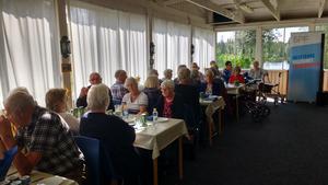 Ett 40-tal personer kom till surströmmingspremiären vid Kämpudden.