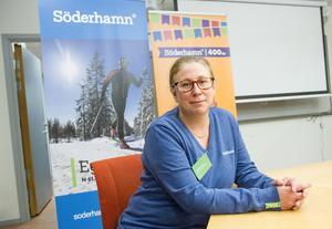 Matilda Green är kommunikationschef på Söderhamns kommun. I bakgrunden syns två av de roll-ups som kan användas när man vill marknadsföra platsen Söderhamn eller 400-års jubileet.