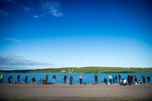 Närmare 100 fiskare stod uppraden på Svartvikskajen under onsdagskvällen.