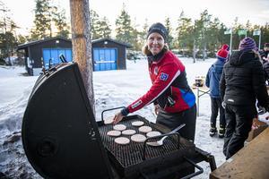 Ingen skidtävling utan grillade hamburgare. Här med Mona Vesslegård från Alnö SK vid grillen.