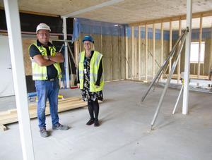 Lasse Nordh, från Nordh bygg, och Lena Bergsten diskuterar byggplanerna.