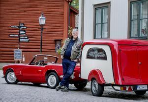 Anders Olsson visar upp sin rödvita sportbil Triumph Spitfire med likvagnen, en Willi Pfefferkorn.