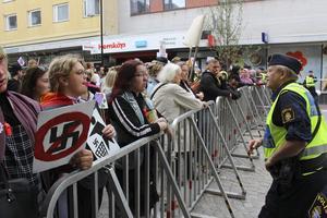 Den 1 maj 2018 fick nazistiska NMR att demonstrera i Ludvika. Då gick hundratals motdemonstranter på gatorna där tåget gick. Journalisten Mikael Delin har skrivit två reportage i DN om bland annat nazisternas rekrytering av nya medlemmar på skolgården.