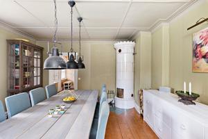 I matrummet finns det gott om plats för middagsgäster. Här finns också en av kakelugnarna. Foto: Diakrit/Privatmäklaren
