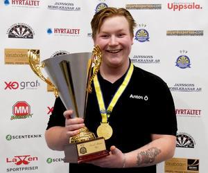 Anton Östlund från Nynäshamn vann U25-klassen på SM i dart.