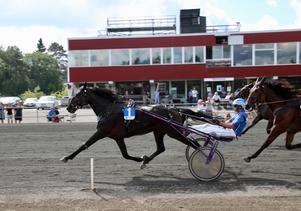 Rikard Skoglund går sällan segerlös numera och vinner här med Mats Bäckströms Confetti Ås.
