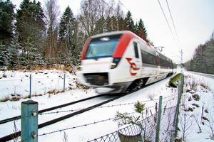 Av Tåg i Bergslagens 29 tåg står tio stycken på verkstad. Detta på grund av ovanligt många skador under vintern. Följden blir inställa turer och problem för resenärerna. Därför sätter SJ press på underhållsleverantören för att snabbare laga trasiga tåg och få ut dem i trafik igen.