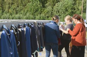 Det var många som passade på att kolla in kavajerna som Lisa och Karin Persson visade upp på Tunet.