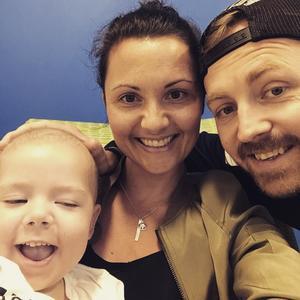 Pappa Marcus Mårtensson, Ellie Mårtensson och mamma Malin Hansen hemma i Sverige igen.  Foto: Privat.