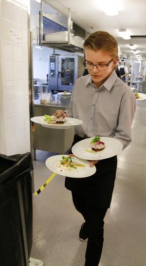 Valdemar Grufberg skyndar ut till sina väntande matgäster.