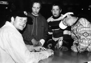 Markus Åkerblom skriver autografer under en avslutning av ungdomsturneringen BP-Nisse Cup i Vansbro 1997.