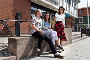 Samuel Christiernin, Josefine Halleström och Ebba Gunarsson är glada över att få leda Egen sommar i år. Inte minst för att de får lära känna nya blivande företagare.