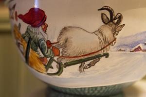 Viktigt för henne var att de skålar och koppar och muggar som hon målade också användes. Annars fick släktingarna höra.