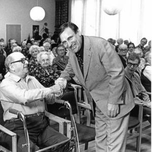 Askersundsbördige Bertil Boo vid ett besök på ett serviceboende.Foto: NA/Arkiv