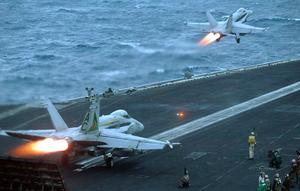F/A-18 Hornets lyfter från USS Harry S. Truman. För första gången på 30 år är ett amerikanskt hangarfartyg norr om polcirkel. Amerikanskt flyg baserat i både Luleå och Rovaniemi deltar också i övningen. AP Photo/Markus Schreiber