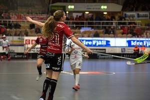 Moa Gustafsson hoppar av glädje efter att gjort 4–1 i den andra perioden. Kvällen slutade dock med betydligt deppigare miner för Kais Mora.