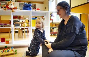 Lilje Folde, 1, skolas in med hjälp av mamma Linda Julin.