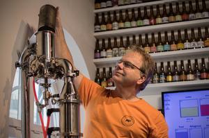 I destilattorn kommer olika kryddblandningar fram som sedan ska blandas ihop.