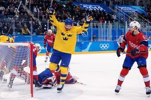 Anton Lander jublar över sitt och Tre Kronors 2–0-mål mot Norge. Bild: Peter Arvidson/Bildbyrån