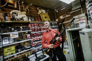 I vapenbutiken säljer Mikael Johansson vapen som han har inlåst i ett kassaskåp. Bland annat den här älgstudsaren. Tillstånd att sälja vapnen har han från polisen.