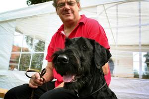 Hos Leif Broms fanns även ett stort hundintresse. Här en arkivbild tillsammans med hundkompisen Folke under en hundutställning 2006. Foto: NA arkiv/Thomas Eriksson