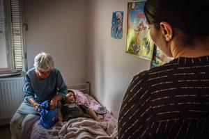 Läkaren Elisabeth Hultcrantz har känt familjen sedan strax efter att Leyla insjuknade i uppgivenhetssyndrom för snart två år sedan. Hon arbetar som volontär för Läkare i världen och är professor emeritus vid Linköpings universitet. Hon har i många år kämpat för familjer där barn lider av uppgivenhetssyndrom.