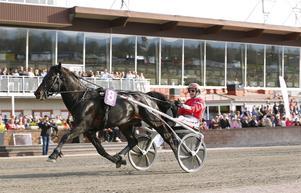 Månprinsen A.M. med Gunnar Melander vann kallblodsloppet och slog nytt svenskt rekord. Foto: Maria Holmén (TR Bild)