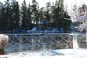 Översvämmad brygga vid en av sjötomterna.