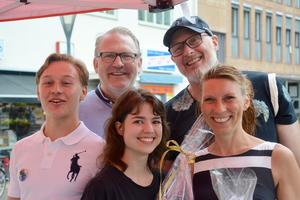 Ett glatt gäng som just släppts ut från Visionspalatset: Nicklaes Malmsten, Torbjörn Egerhag, Klara Aune, Adam Svensson och Sofia Elmgren.