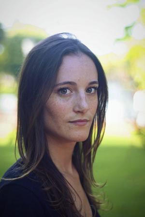 """Amerikanskan Flynn Berry hade framgång med debutromanen """"Sargad"""" som belönades med en Edgar Award för bästa debutroman 2017. Foto: Beatrice Murch."""