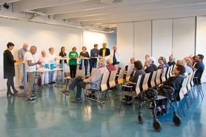 Ett 20-tal åhörare fanns på plats för att lyssna och ställa frågor till sina politiker. Till vänster i bild tolken samt moderatorn Cecilia von Strokirch.
