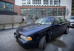 Bilen har en parkeringsbot från fredags i förra veckan på vindrutan.