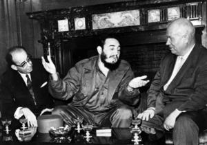 Kubas ledare Fidel Castro samtalar med Sovjets premiärminister Nikita Chrusjtjov i september 1960. Två år senare stod världen, under 13 dagar, på randen till ett fullskaligt kärnvapenkrig när USA:s president John F Kennedy drog en symbolisk gräns över Atlanten och varnade Chrusjtjov för ödesdigra konsekvenser om han korsade den.Foto: AP Photo/Prensa Latina via AP Images