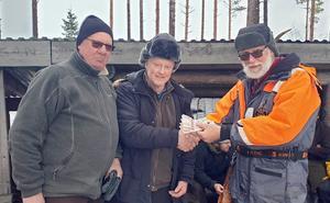 Förstapriset i gäddfisketävlingen vann Göran Sahlin och Karl-Erik Andersson. På bilden delas prispengarna ut av Jan-Owe Johansson. Foto: Christer Thor