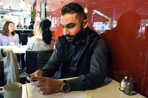 I stort sett varje dag tvingas Daniel Riazat ta emot hot, hat och nedsättande omdömen på sociala medier.