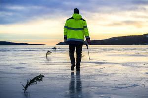 Under måndagen startade arbetet med att preparera årets upplaga av den populära isbanan på Bäckfjärden. Två slingor kommer finnas tillgängliga när banna öppnas.